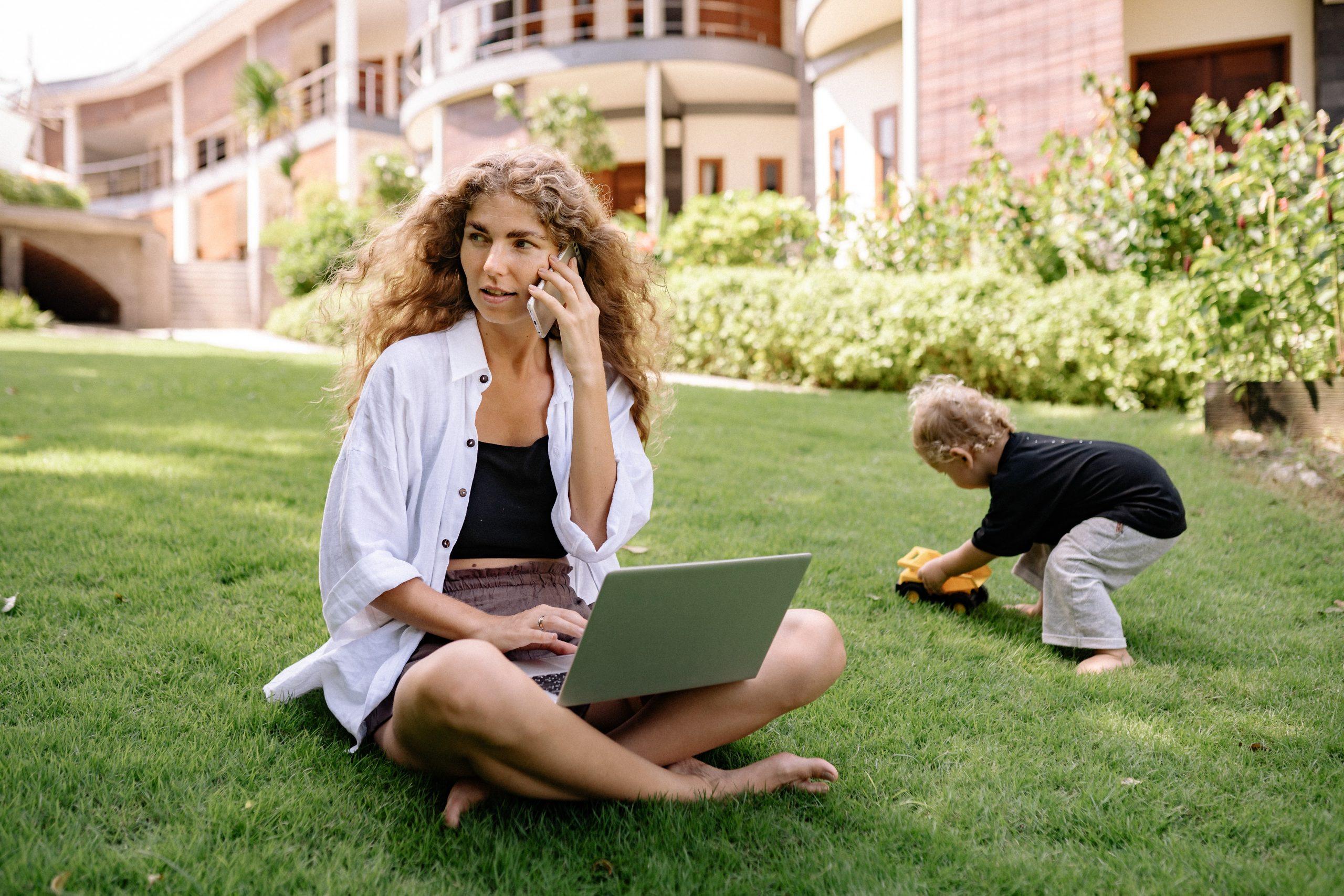 Telefonozó anyukák, ellopjátok a kicsik gyerekkorát!