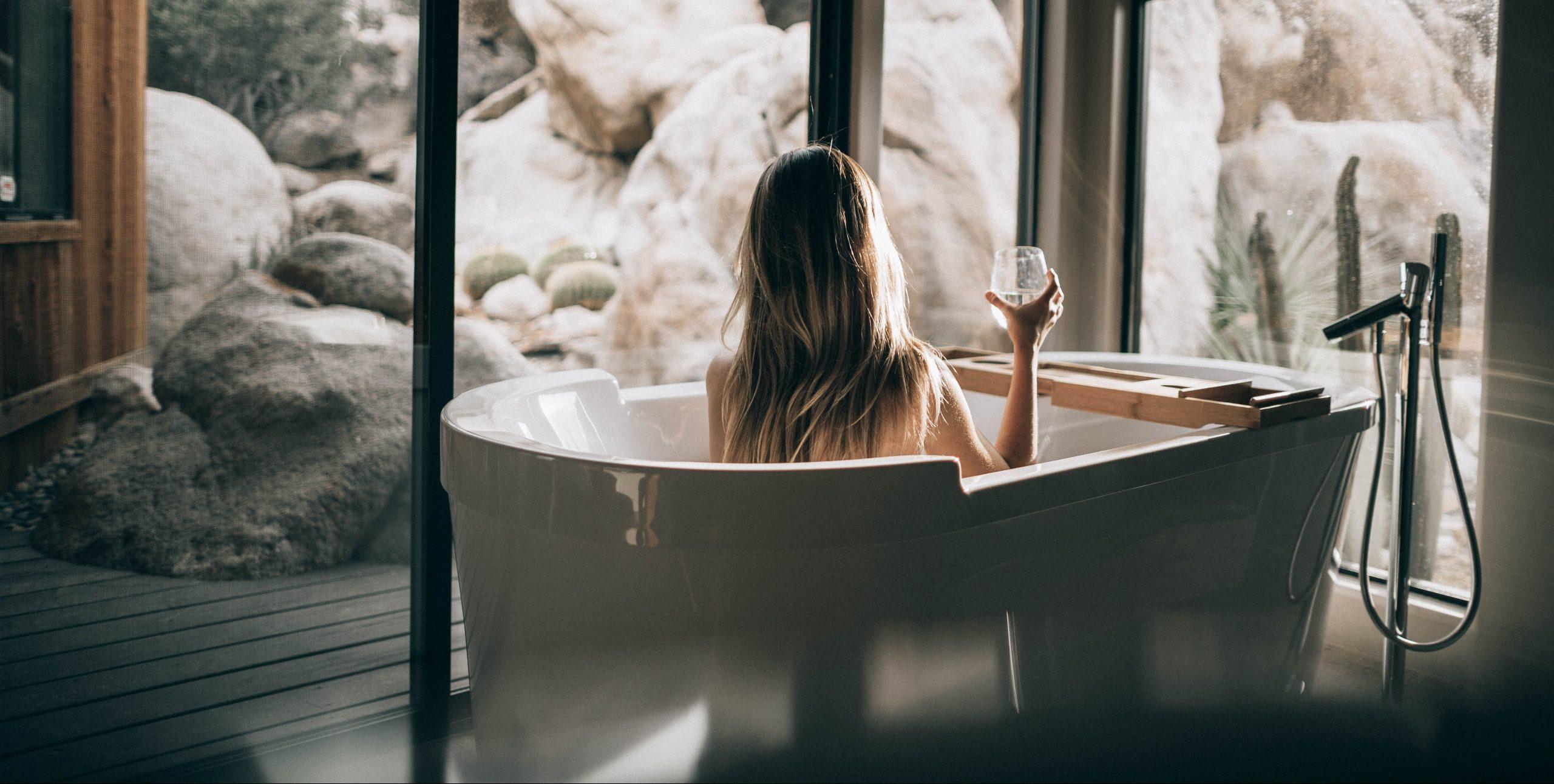 Egy pohár borral ünneplem, hogy többé nem sírok utánad!