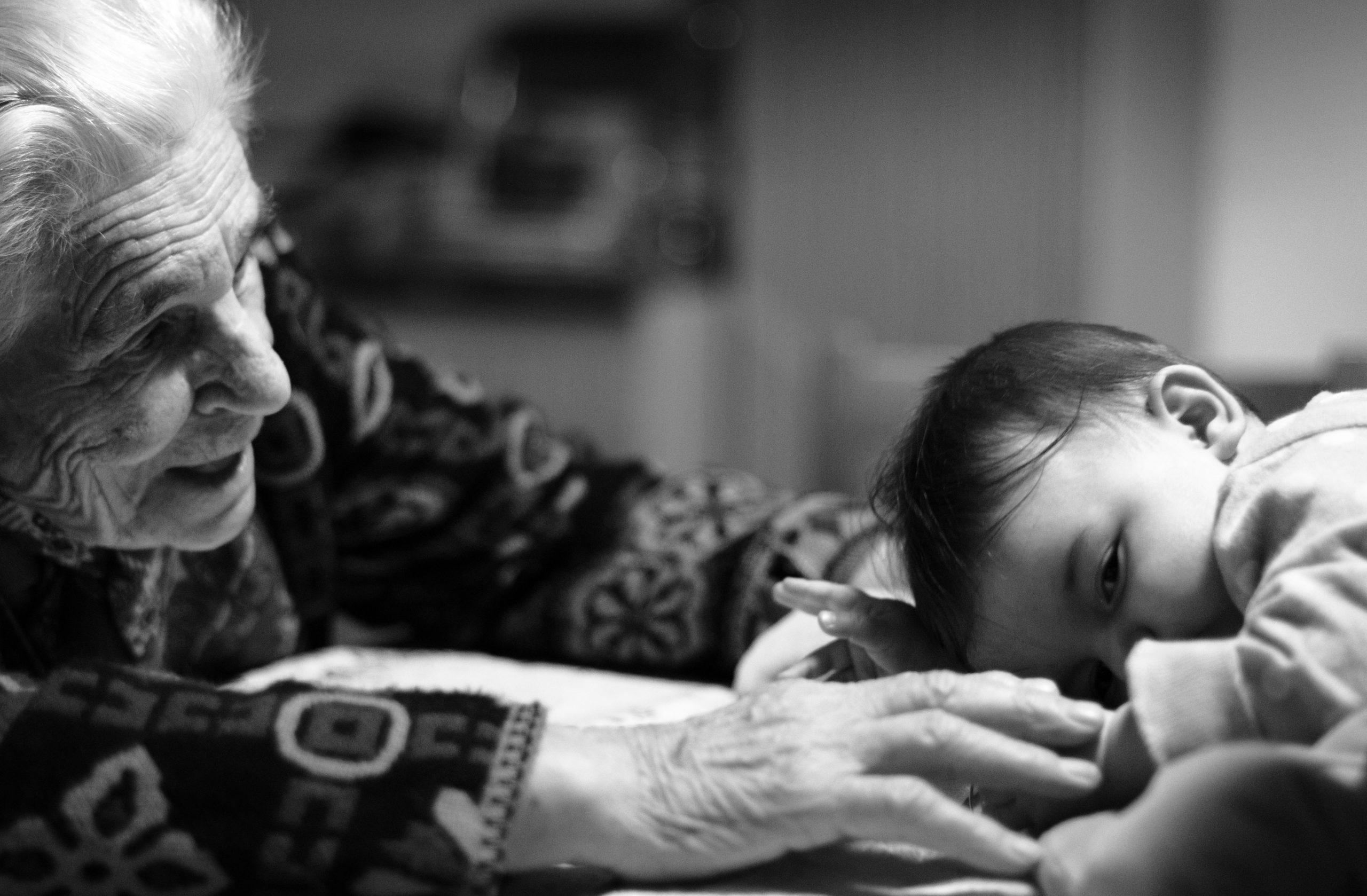 Ha a nagyszülők idősek, már hiába törődnének az unokákkal…